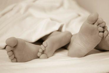 Füße eines Paares vor oder nach dem Sex.