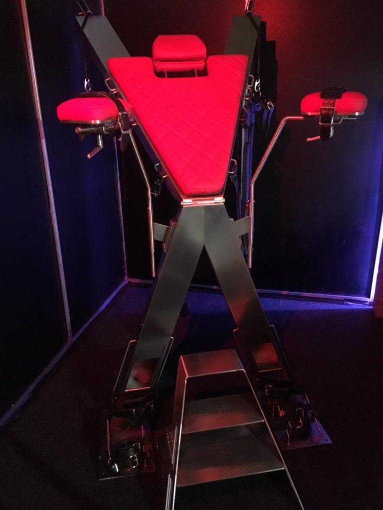 Umwandelbares BDSM Möbel in Form eines Andreaskreuzes.