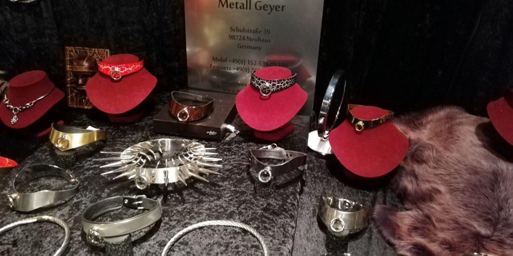 Halsbänder aus Edelmetall.