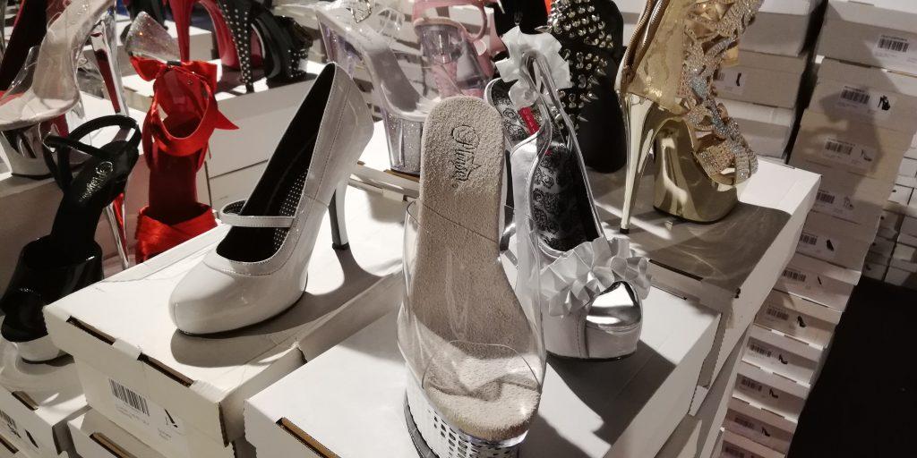 Stand mit Schuhen, auch hier diverse High Heels mit sehr hohen Absätzen.