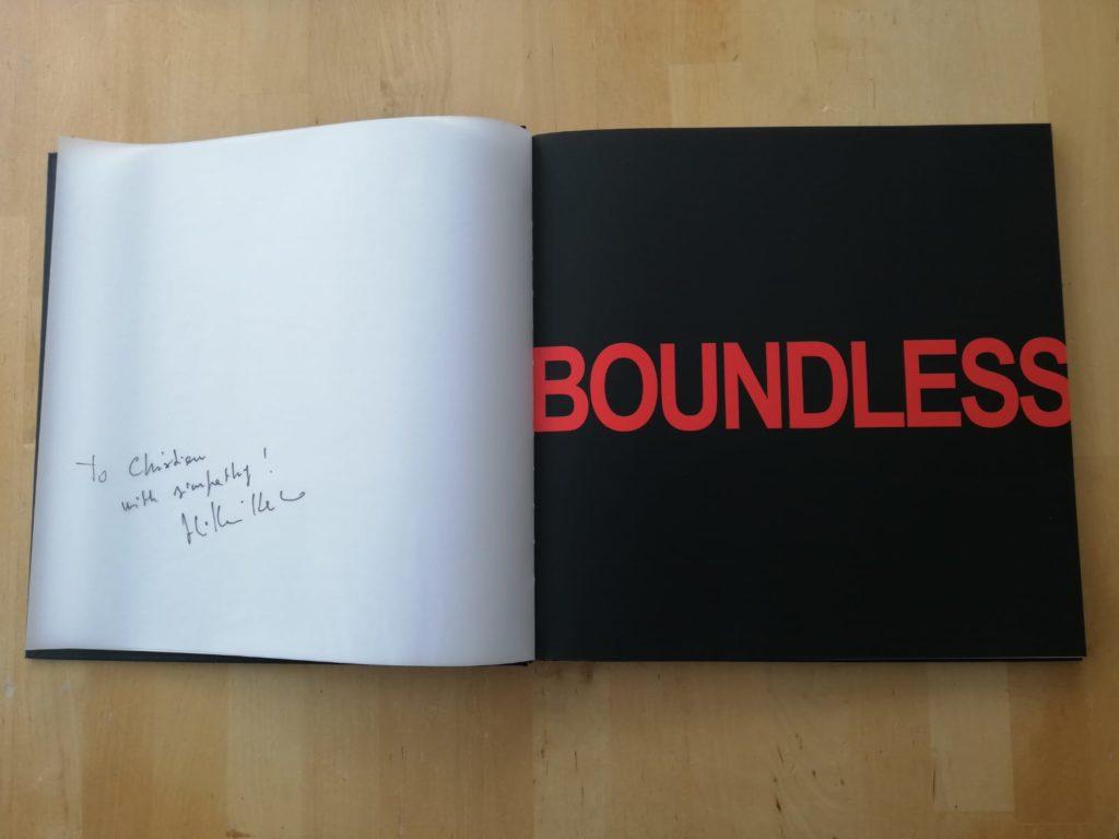 Erotische Bildersammlung in gebundener Form, links eine Widmung und rechts der Name Boundless.