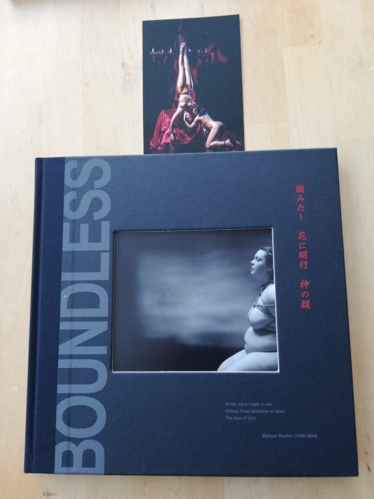 Erotische Bildersammlung Boundless geschlossen, in gebundener Form.