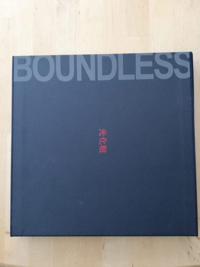 Erotische Bildersammlung Boundless in gebundener Form in der Schutzhülle.