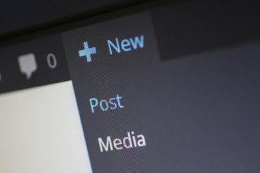 Die Oberfläche eines Content Management Systems, der ausgewählte Menüpunkt Neu öffnet eine Schaltfläche mit den Punkten Post und Media.