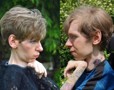 Ein zweigeteiltes Bild eines behinderten Transgenders. Links sehen wir die Person geschminkt in einem schwarzen Spitzenkleid in einem femininen Szenenbild. Rechts sehen wir die selbe Person mit blauen T-Shirt in einem maskulinen Szenenbild.