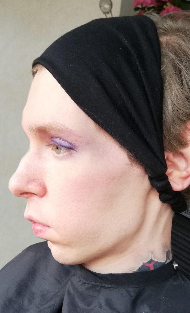 Ein Trans* Mensch mit einer Behinderung während eines Makeovers.