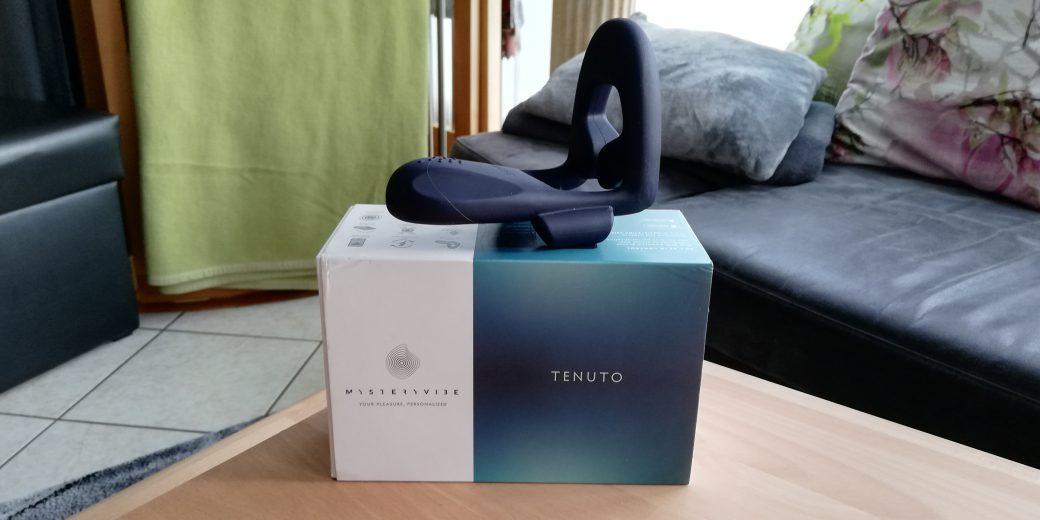 Wir sehen den Mysteryvibe von Tenuto auf seiner blau weißen Verpackung. Sie steht hochkant auf einem Holztisch und macht einen hochwertigen Eindruck.